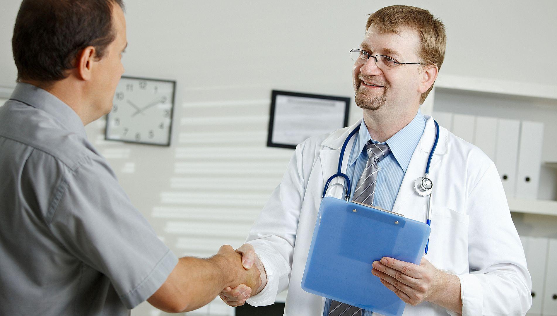 Cardiologen, oncologen en geriaters in drie Friese ziekenhuizen zijn gestart met een experiment met gedeelde besluitvorming van arts en patiënt.
