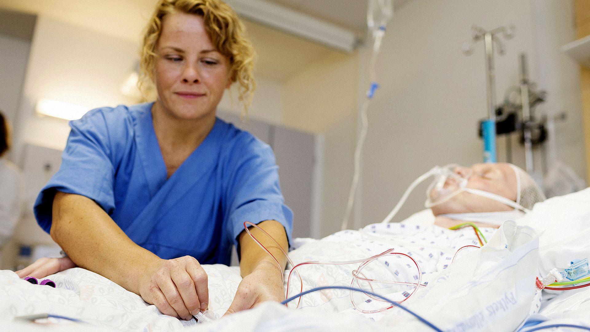 Wat moet Nederland doen om te zorgen voor voldoende gemotiveerde verpleegkundigen in de komende jaren? vijf suggesties om het vak aantrekkelijker te maken.