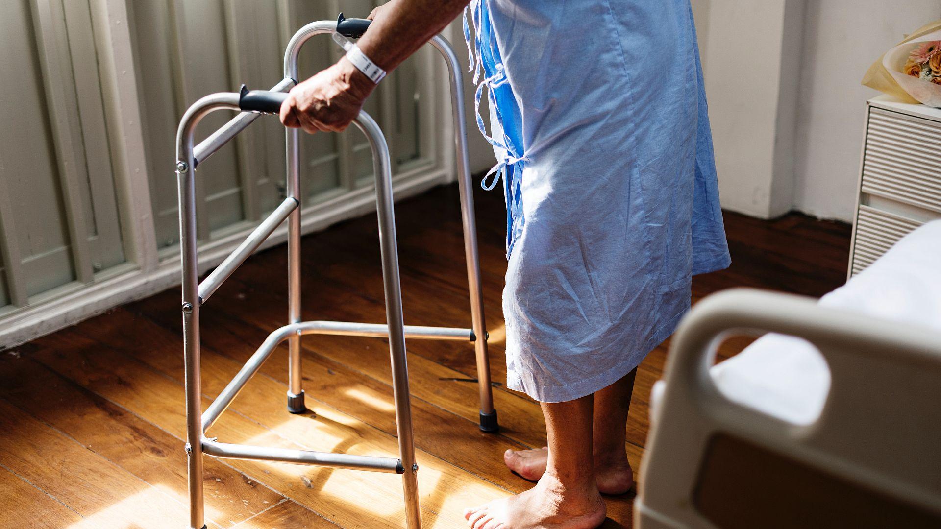 Verzorgings- en verpleeghuis bewoners worden vaak opgenomen in een ziekenhuis. Dit is deels is te vermijden door valpreventie en betere medicatiebewaking.