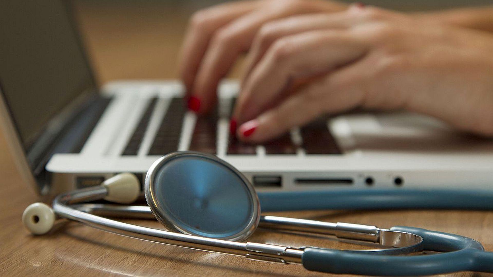 Steeds meer ziekenhuizen geven patiënten inzage in hun digitale medisch dossier via een patiëntenportaal. Kies je als ziekenhuis voor real time-inzage? Of kies je voor een bufferperiode van een paar dagen?